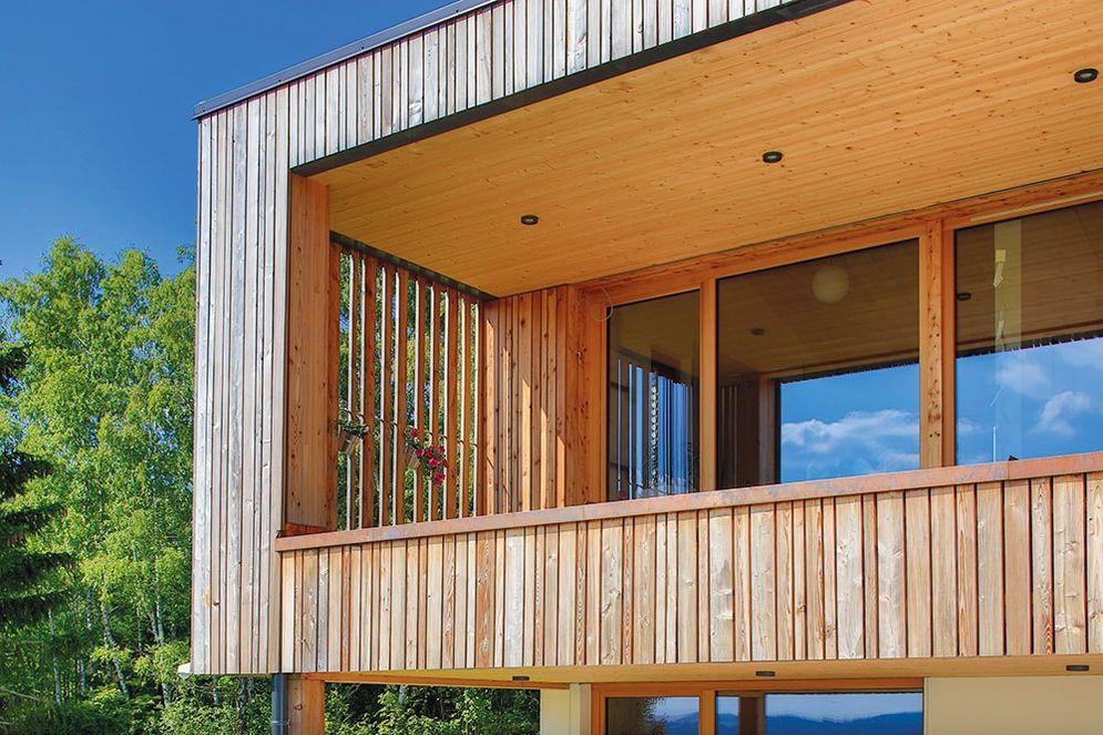 Detailansicht des zweiten, kleineren Holzbalkons mit individueller Fensteralternative aus Holz.