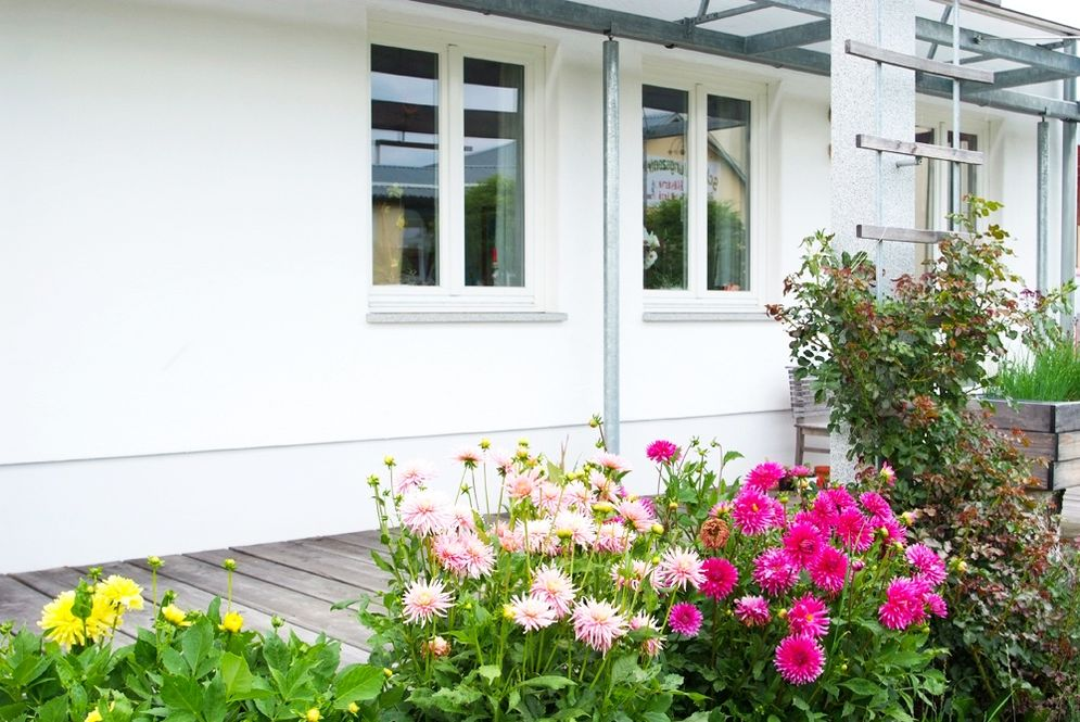 Veranda und Blumenbeet © Brunthaler Massivholzhaus