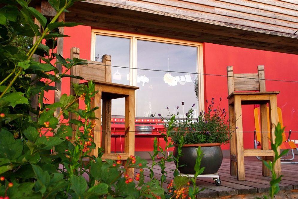 Holzterrasse mit Deko © Brunthaler Massivholzhaus