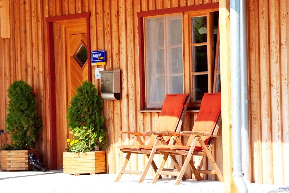 Eingangstür und Fenster © Brunthaler Massivholzhaus