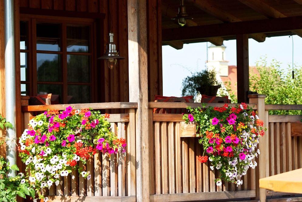 Terrasse mit Blumenschmuck © Brunthaler Massivholzhaus