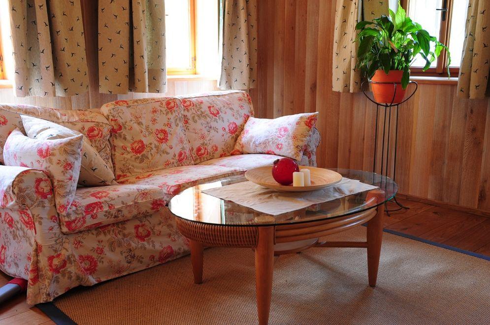 Wohnbereich mit Sofa und Tisch © Brunthaler Massivholzhaus