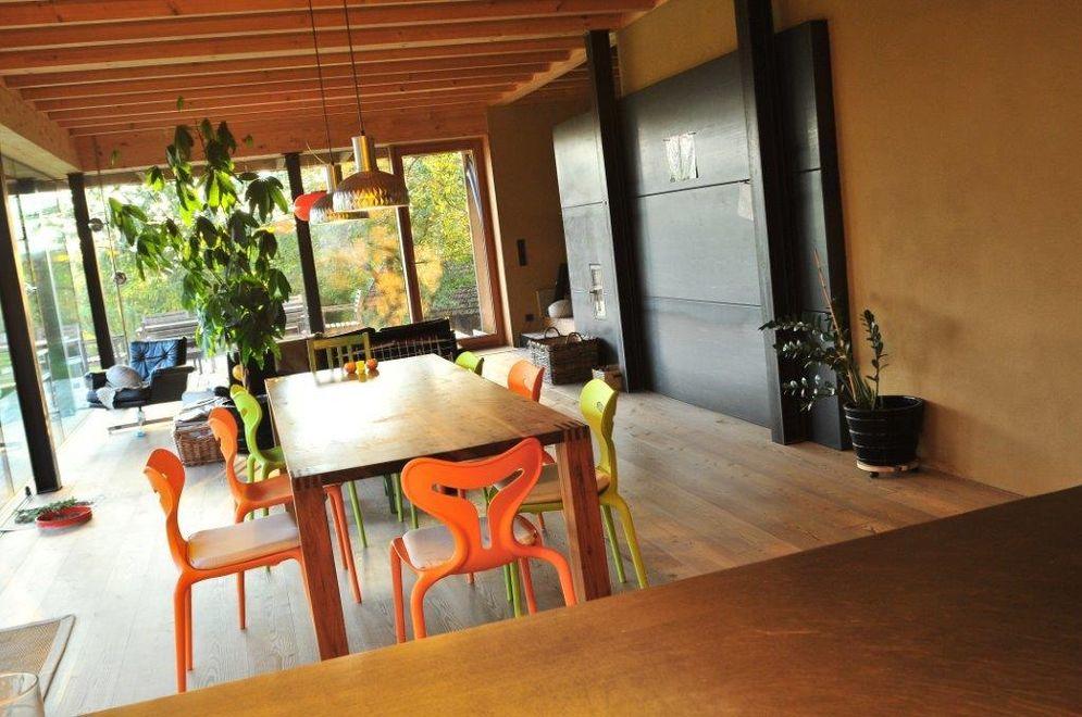 Moderner offener Wohnbereich © Brunthaler Massivholzhaus