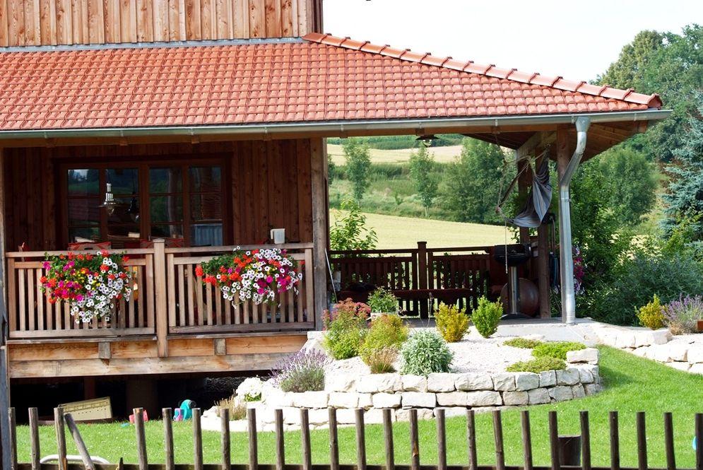 Terrasse und Terrassengeländer bei rustikalem Massivholzhaus © Brunthaler Massivholzhaus