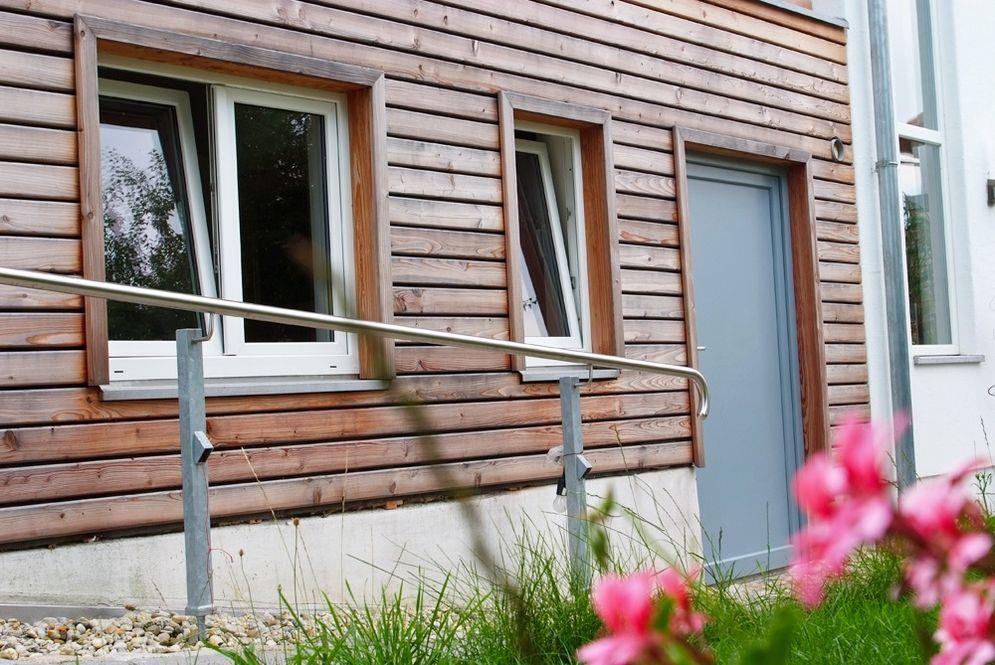 Eingangstür und Fenster unter Carport © Brunthaler Massivholzhaus