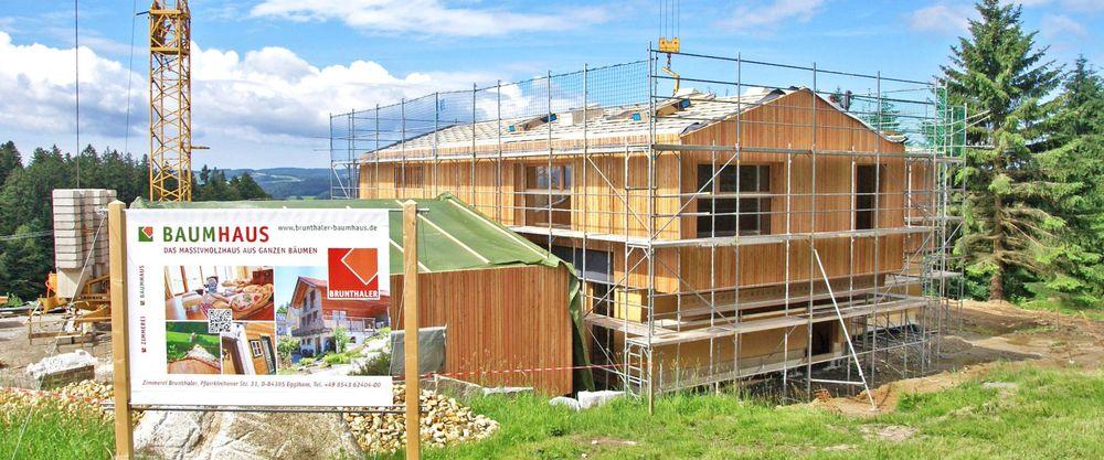 Holzhaus in Bau befindlich mit Kran und Gerüst