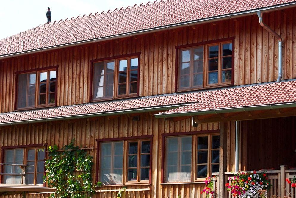 Holzfassade mit Fenster © Brunthaler Massivholzhaus