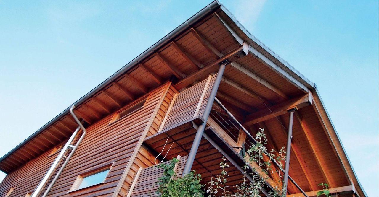 Massivholzhaus mit dunkler Holzfassade
