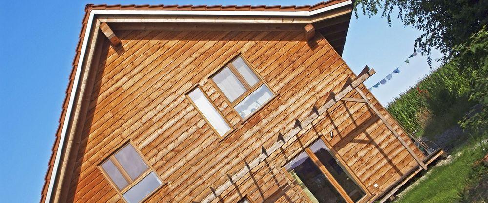 Ausschnitt Fassade Holzhaus im Grünen