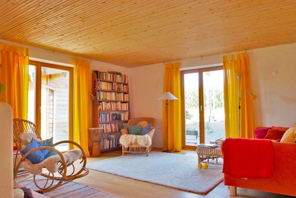 Wohnbereich mit deckenhohen Fenstern © Brunthaler Massivholzhaus