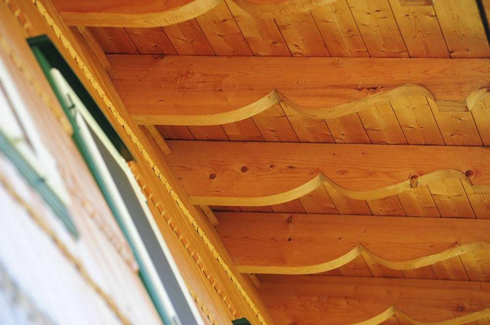 Dachbalken mit Schnitzereien © Brunthaler Massivholzhaus