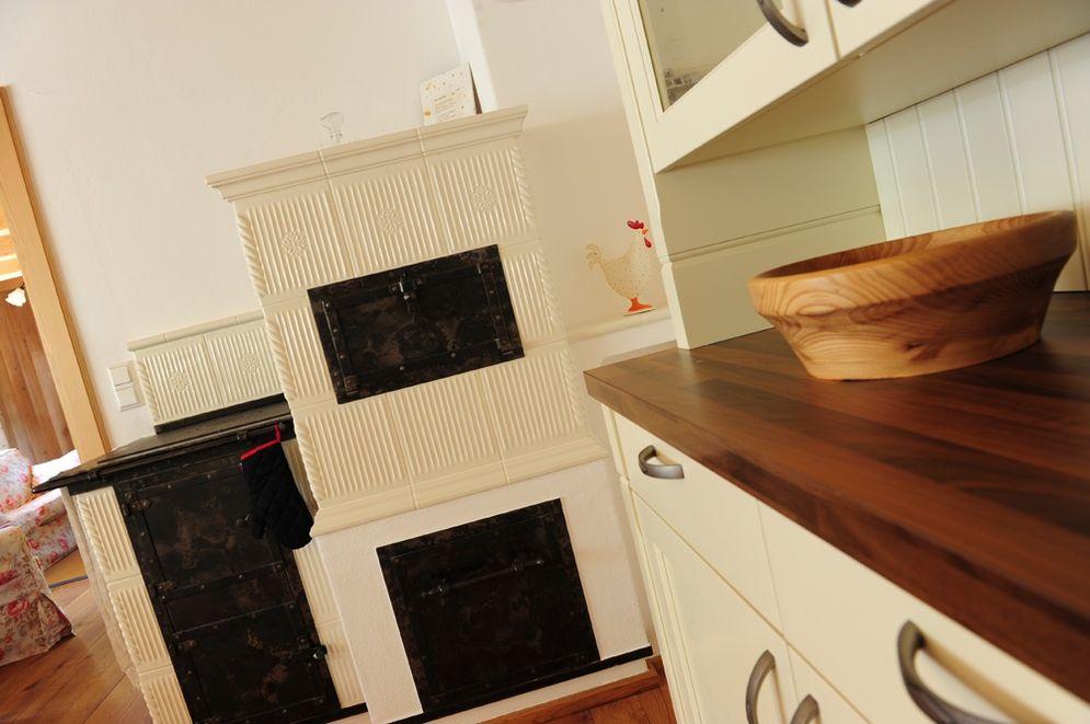 Kachelofen mit Kochstelle © Brunthaler Massivholzhaus