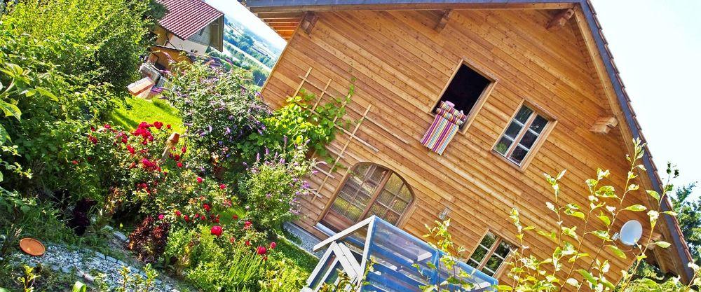 Kleines Holzhaus mit Holzfassade