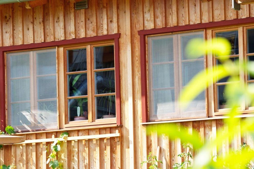 Fenster im Erdgeschoss eines Massivholzhauses © Brunthaler Massivholzhaus