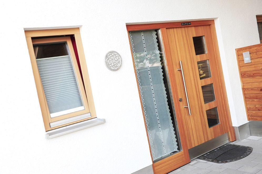 Eingangstür mit modernen Glaselementen © Brunthaler Massivholzhaus