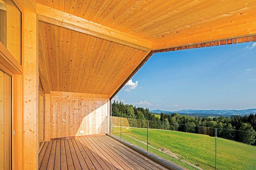 Großer, überdachter Holzbalkon mit toller Sicht auf die umliegende Landschaft.