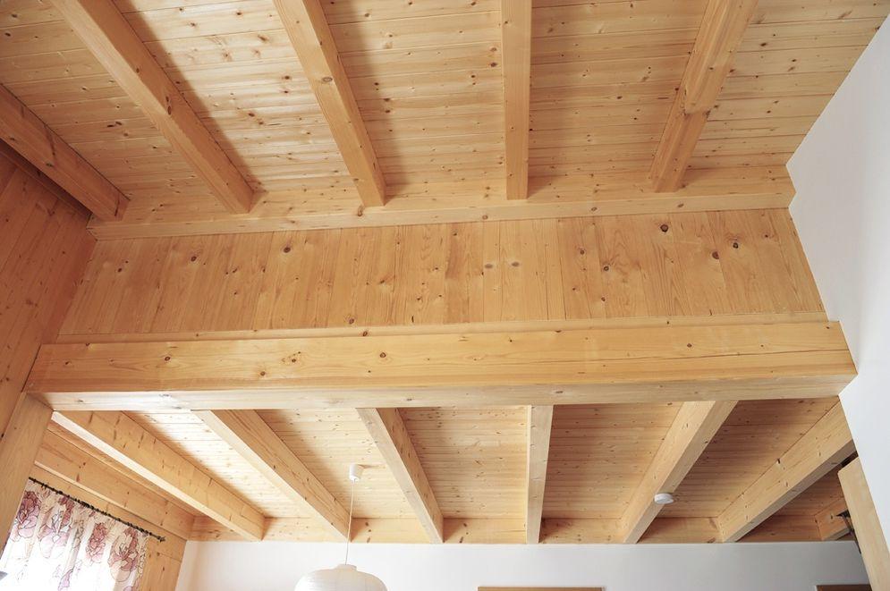 Deckenbalken und Holzdecke © Brunthaler Massivholzhaus