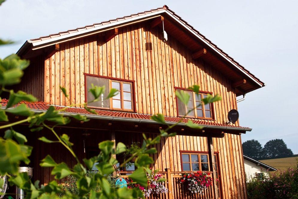 Holzhaus mit Terrassengeländer © Brunthaler Massivholzhaus