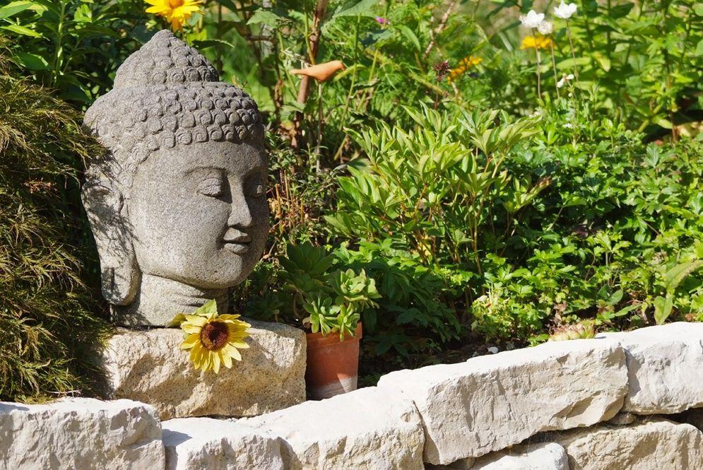 Steinmauer mit Garten und Deko © Brunthaler Massivholzhaus