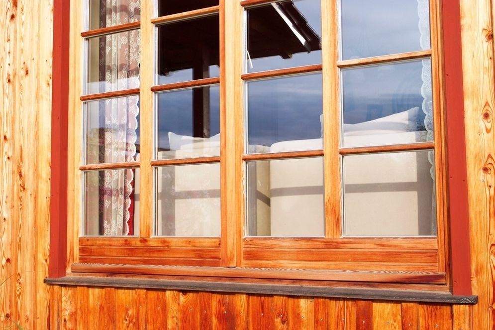 Nahaufnahme Holzfenster © Brunthaler Massivholzhaus
