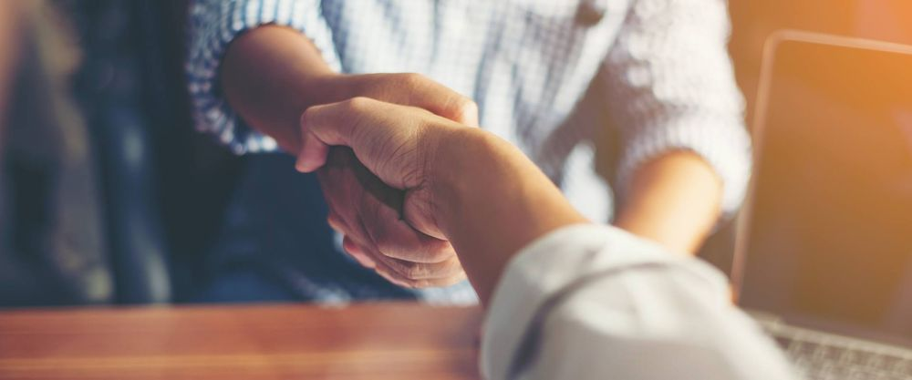 zwei menschen geben sich die Hände