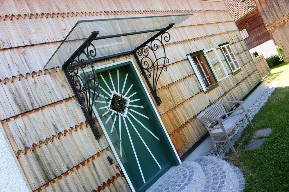 Hautür mit Glasdach © Brunthaler Massivholzhaus