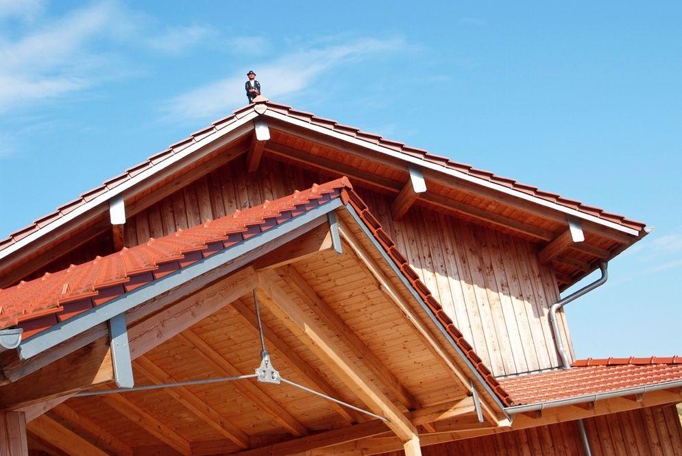 Dachfirst des Carports und des Massivholzhauses © Brunthaler Massivholzhaus
