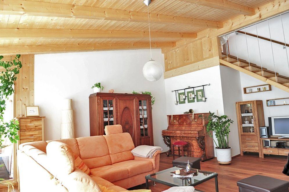 Wohnbereich und Holztreppe © Brunthaler Massivholzhaus