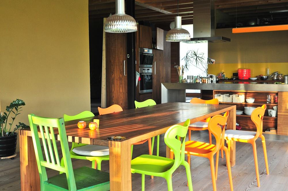 Innenansicht einer Küche mit Esstisch © Brunthaler Massivholzhaus
