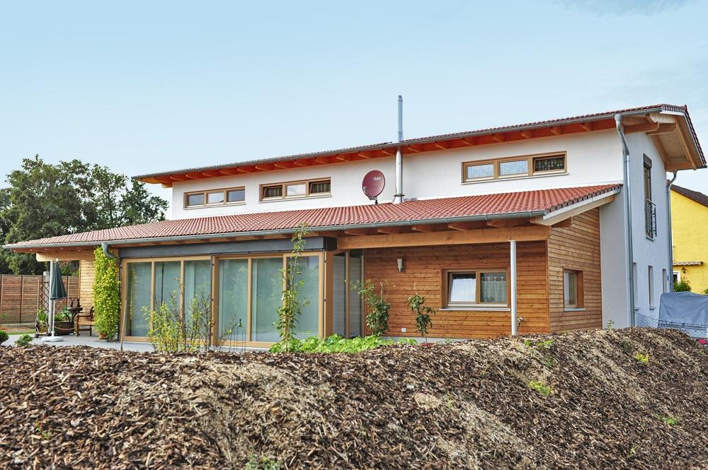 Terrasse und große Fensterfront © Brunthaler Massivholzhaus