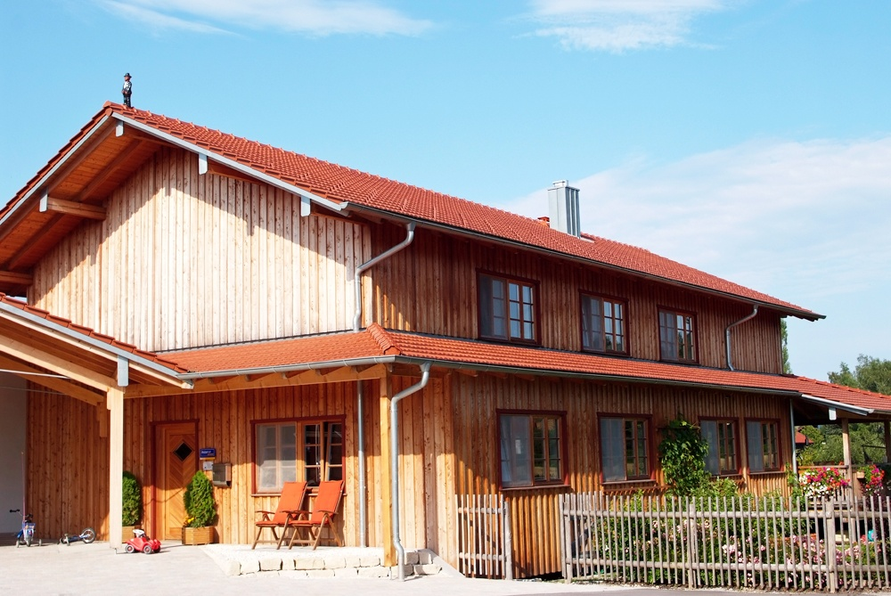 Rustikales Massivholzhaus im Überblick © Brunthaler Massivholzhaus