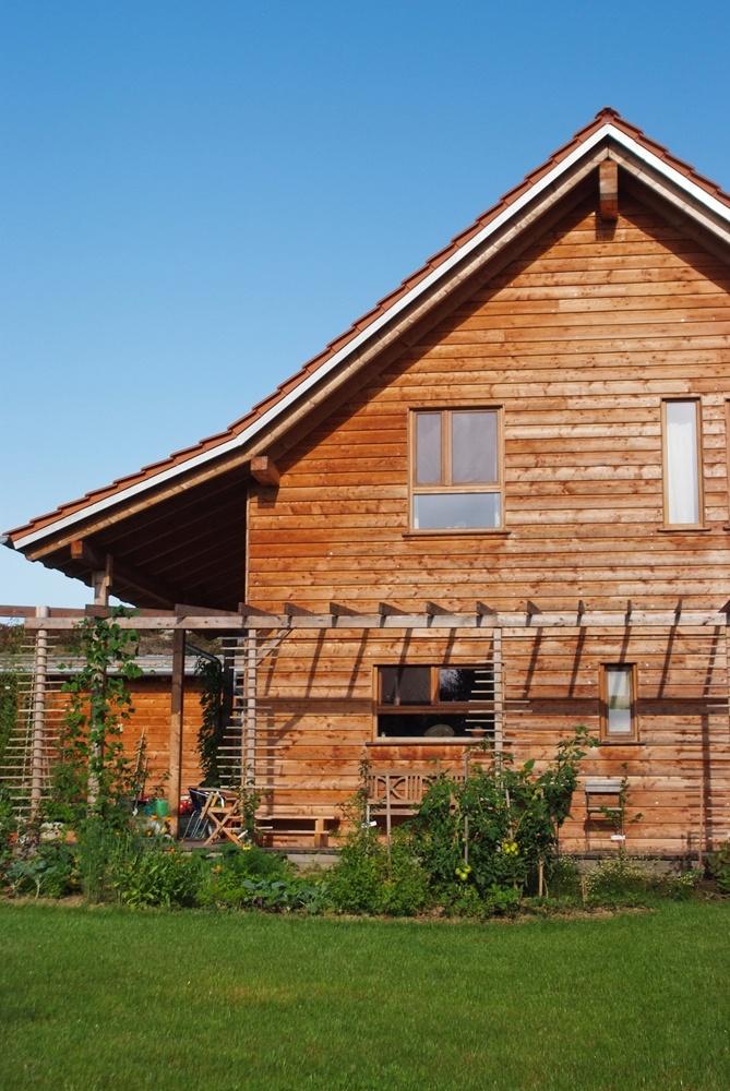 Klassisches Massivholzhaus mit Terrasse und Garten © Brunthaler Massivholzhaus