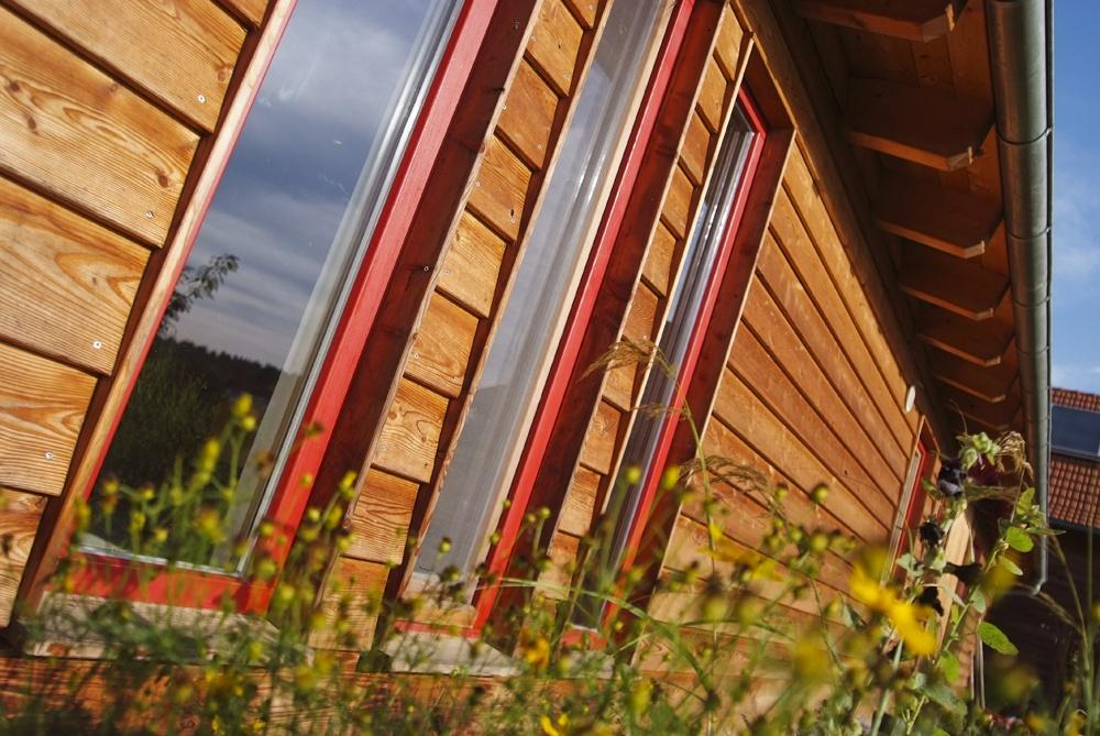 Außenansicht Holzfassade mit Fenster © Brunthaler Massivholzhaus