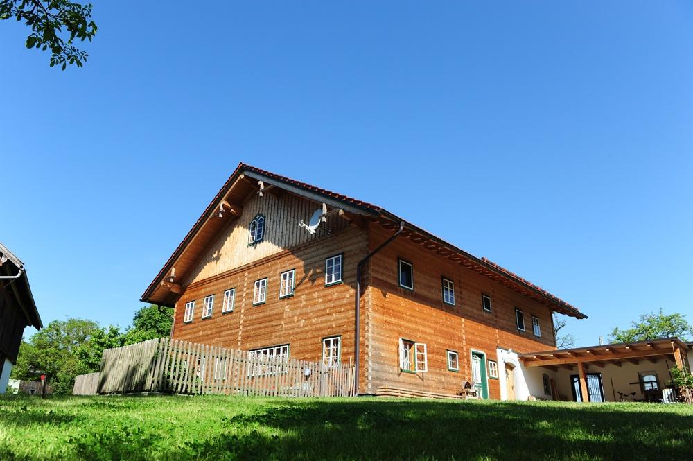 Ein rustikales Massivholzhaus mit Carport © Brunthaler Massivholzhaus