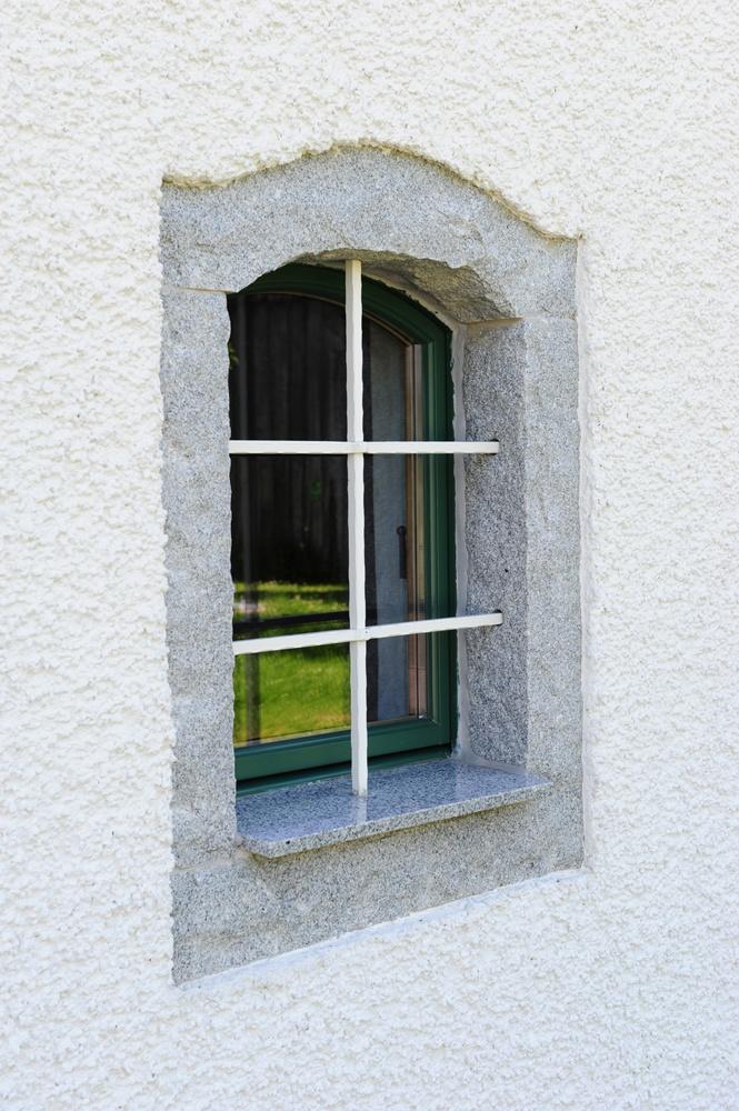 Fenstergitter mit Steineinfassung © Brunthaler Massivholzhaus