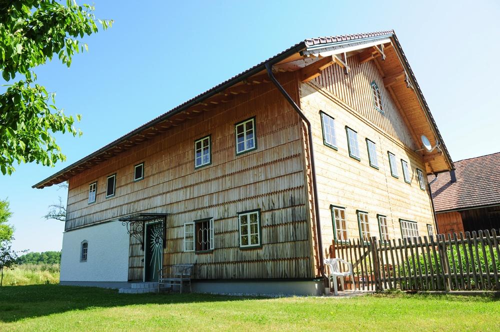 bayerischer hof mit blockbohlen und holzschindel fassade brunthaler massivholzhaus. Black Bedroom Furniture Sets. Home Design Ideas