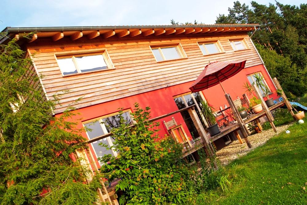 Frontansicht mit Terrasse und Garten © Brunthaler Massivholzhaus