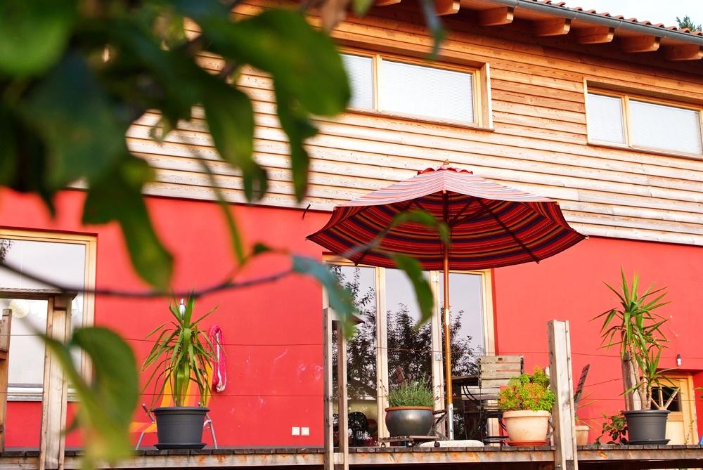 Nahaufnahme Holzfassade und Holzterrasse © Brunthaler Massivholzhaus