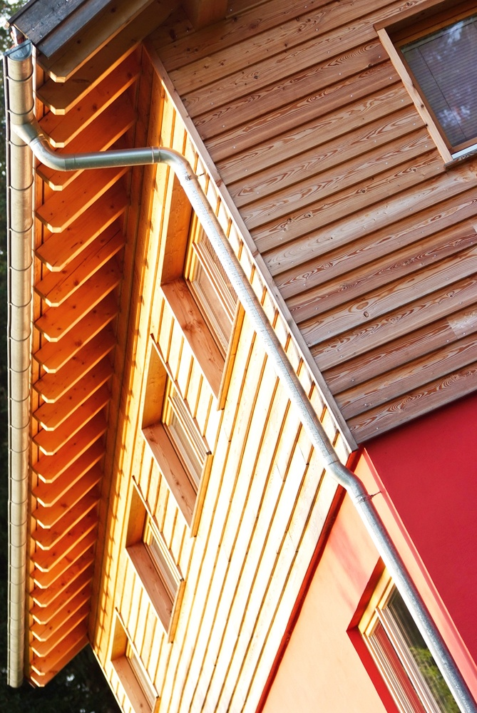Nahaufnahme Holzfassade und Dachbalken © Brunthaler Massivholzhaus