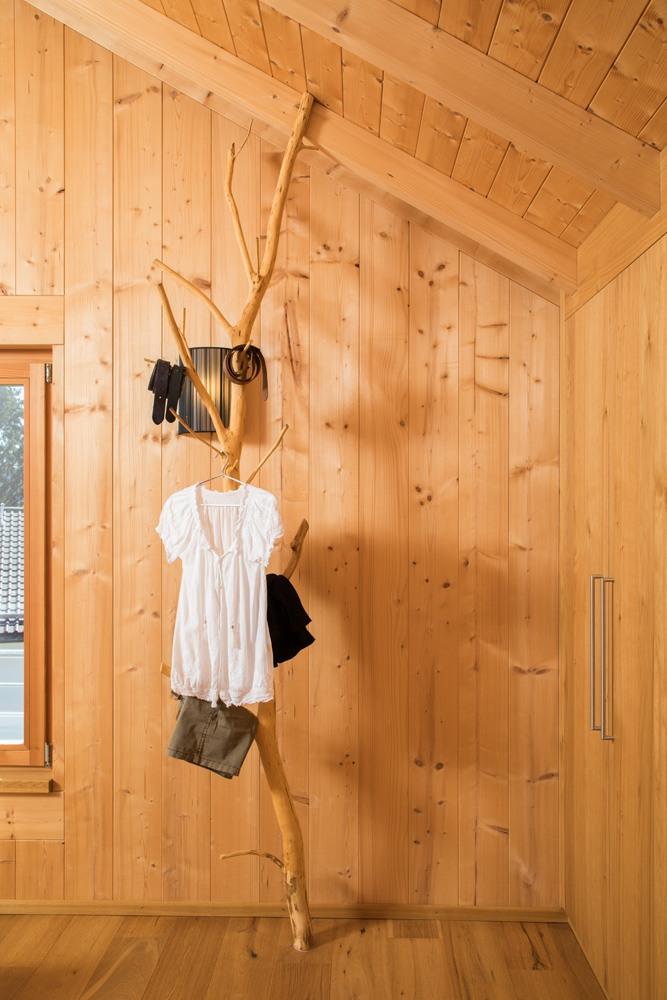 Eine kreative Alternative zum normalen Kleiderständer. Ein natürlich gewachsener Ast dient als Kleiderständer und bringt die Natur direkt in das Schlafzimmer.