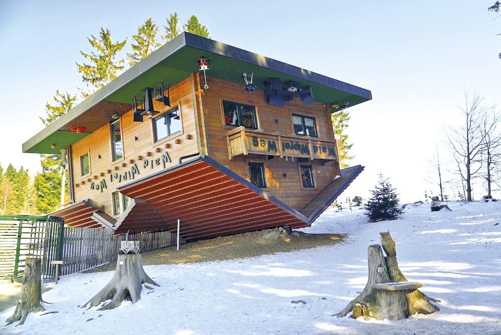 Außenansicht Haus steht auf dem Dach