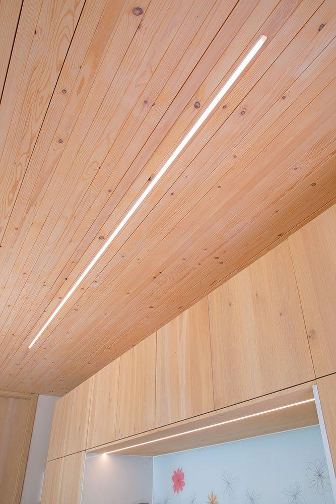 Ein Lichtstreifen zwischen den Holzbalken in der Decke zur Beleuchtung des Küchenbereichs.