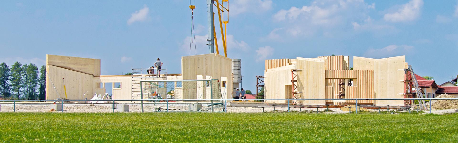 Ist das Brunthaler BaumHaus ein Fertighaus? Auf einer Baustelle werden Monoblock-Wänden aufgestellt.