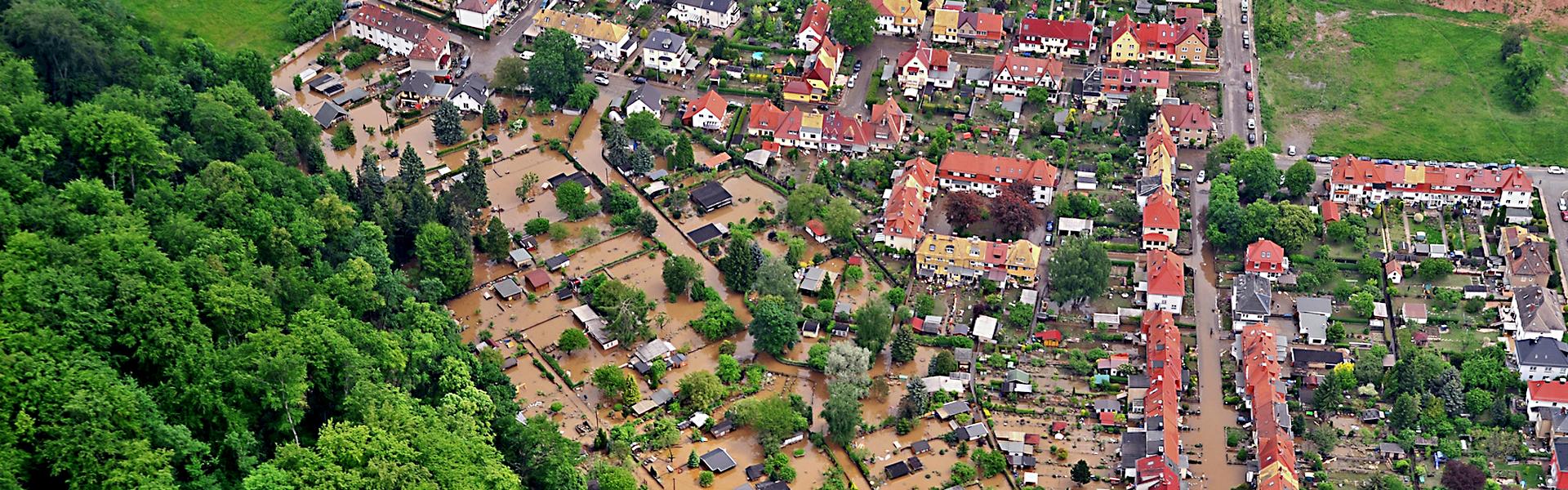 Luftbild eines überfluteten Stadtteils.