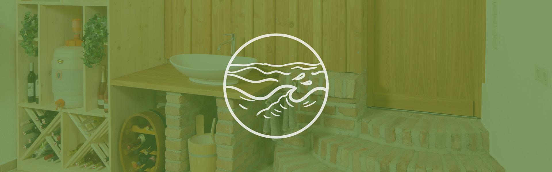 Eine Ansicht eines Stauraum im Massivholzhaus mit einem grünen Farbton und einem Symbol für Wasser.