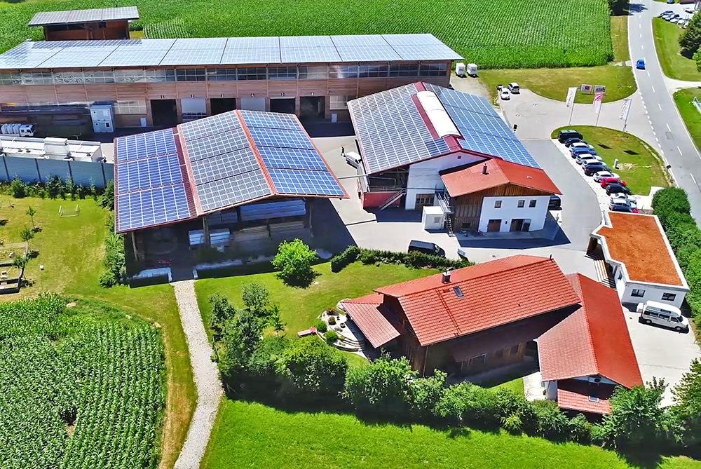 Eine Luftaufnahme der Zimmerei Brunthaler in Egglham